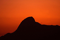 Rio de Janeiro (RJ), 11/05/2020 - Clima-Rio - Por do Sol nesta segunda-feira (11) com vista do Parque Estadual da Pedra Branca na zona oeste do Rio de Janeiro.