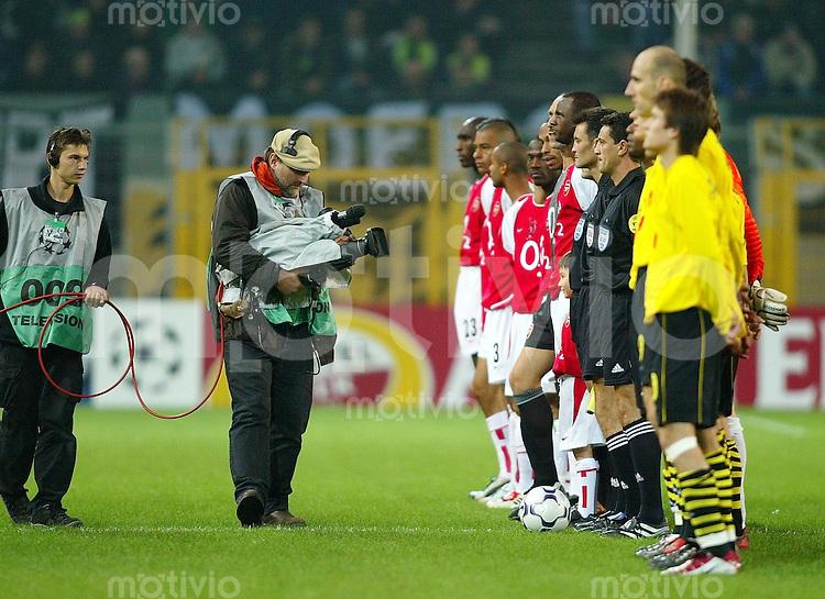 Fussball / International - Champions League Saison 2002/2003 Borussia Dortmund - Arsenal London  TV-Kameramann vor Mannschaft