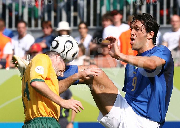 Fussball WM 2006  Achtelfinale  Italien - Australien Tim Cahill (USA)li, Luca Toni (ITA)re