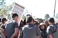 """VALINHOS, SP, 18.07.2019: PROTESTO-SP - Uma pessoa morreu na manhã desta quinta-feira (18) após um atropelamento que aconteceu na Estrada dos Jequitibás, que faz ligação entre Valinhos e Itatiba. Além da vítima fatal, outra pessoa também foi atingida por uma caminhonete que teria avançado sobre um grupo do MST (Movimento Sem Terra) que pertence a ocupação """"Acampamento Marielle Vive"""". O grupo estava na estrada, ao lado da ocupação, fazendo uma manifestação pedindo água na ocupação. (Foto: Luciano Claudino/Código19)"""
