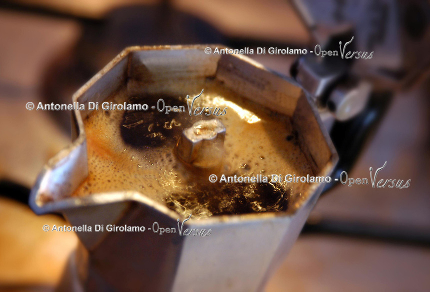 Cibi e bevande. Food and beverages..Caffettiera. Italian style espresso maker...