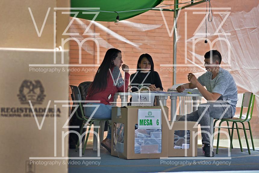 BOGOTA - COLOMBIA, 11-03-2017: Bogotanos acuden a las urnas para participar en las elecciones legislativas de Colombia de 2018 que se realizan hoy, domingo 11 de marzo de 2018m en todo el territorio colombiano. En ellas se eligen los miembros de ambas Cámaras del Congreso en Colombia. En el Senado de la República se elegirán 108 senadores y en la Cámara de Representantes se elegirán 172 parlamentarios. / Bogota's people go to the polls to participate in the legislative elections of Colombia in 2018 that take place today, Sunday, March 11, 2018m throughout the Colombian territory. In them, the members of both Houses of Congress in Colombia are elected. In the Senate of the Republic 108 senators will be elected and in the House of Representatives 172 parliamentarians will be elected. Photo: VizzorImage / Gabriel Aponte / Staff