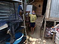 PUERO BOYACA-COLOMBIA, 27-04-2020: Habitantes en cuarentena en el barrio Monserrate de Puerto Boyaca, durante el aislamiento preventivo obligatorio para prevenir la propagación de la pandemia del COVID 19. / Inhabitants in quarantine in the Monserrate neighborhood of Puerto Boyaca, during mandatory preventive isolation to prevent the spread of the COVID 19 pandemic. / Photo: VizzorImage /Darlin Bejarano / Cont.