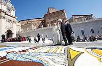 Papa Francesco tiene l'udienza generale del mercoledi' in Piazza San Pietro, Citta' del Vaticano, 3 giugno 2015.<br /> Pope Francis walks past a carpet of flowers as he arrives for his weekly general audience in St. Peter's Square at the Vatican, 3 June 2015.<br /> UPDATE IMAGES PRESS/Isabella Bonotto<br /> <br /> STRICTLY ONLY FOR EDITORIAL USE
