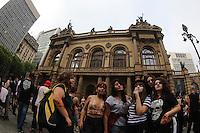 SAO PAULO, SP, 02.11.2014 - ZOMBIE WALK - Movimentacao de Jovens no centro da cidade de São Paulo para mais uma edição do Zombie Walk, neste domingo, dia 02. Zombie Walk é uma marcha pública de pessoas vestidas de zumbi que acontece em diversas cidades do mundo. O evento surgiu na Califórnia em 2001, e desde 2006 vem sendo feito anualmente em São Paulo, sempre no dia 2 de novembro (Dia de Finados). (foto: Vanessa Carvalho / Brazil Photo Press).