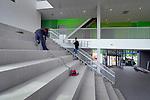 DIEMEN - In Diemen Noord is Slingerland Bouw begonnen met de afbouw van de Brede School. Het door architectenbureau LKSVDD ontworpen gebouw gaat ruimte bieden 2 basisscholen, peuterspeelzalen en onderdeed naschoolse opvang. Het interieur krijgt opvallende groene accenten en de gevel bestaat uit houten latten en op de begane grond komen betonnen panelen met leuke kinderplaatjes. COPYRIGHT TON BORSBOOM