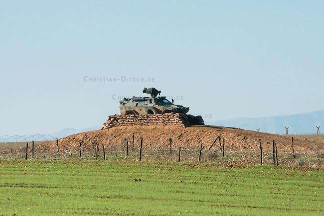 Grenzgebiet bei Aradah zwischen dem Kurdischen Rojava in Syrien und der Tuerkei. Der Grenzstreifen ist auf tuerkischer mit Unmengen an Natodraht und Minen unpassierbar gemacht worden. Alle 3-400 Meter steht ein Wachturm und zusaetzlich stehen an einigen Stellen Schuetzenpanzer aus deutscher Produktion. Mehrer Menschen die versuchten die Grenze waehrend Angriffen durch die Al Nusra-Front (dem Vorlaeufer der Terrororganisation Islamischer Staat, IS) zu ueberqueren sind erschossen worden. Zuvor hatten tuerkische Grenzer fuer die Al Nusra-Front die Grenze geoeffnet, damit diese von der Tuerkei aus die Kurden angreifen konnten. Dabei wurde auch ein Krankenwagen des Kurdischen Roten Halbmond durch die Al Nusra-Front gezielt zerstoert nachdem er Verletzte geborgen hatte.<br /> 16.12.2014, Aradah/Rojava/Syrien<br /> Copyright: Christian-Ditsch.de<br /> [Inhaltsveraendernde Manipulation des Fotos nur nach ausdruecklicher Genehmigung des Fotografen. Vereinbarungen ueber Abtretung von Persoenlichkeitsrechten/Model Release der abgebildeten Person/Personen liegen nicht vor. NO MODEL RELEASE! Nur fuer Redaktionelle Zwecke. Don't publish without copyright Christian-Ditsch.de, Veroeffentlichung nur mit Fotografennennung, sowie gegen Honorar, MwSt. und Beleg. Konto: I N G - D i B a, IBAN DE58500105175400192269, BIC INGDDEFFXXX, Kontakt: post@christian-ditsch.de<br /> Bei der Bearbeitung der Dateiinformationen darf die Urheberkennzeichnung in den EXIF- und  IPTC-Daten nicht entfernt werden, diese sind in digitalen Medien nach &sect;95c UrhG rechtlich geschuetzt. Der Urhebervermerk wird gemaess &sect;13 UrhG verlangt.]