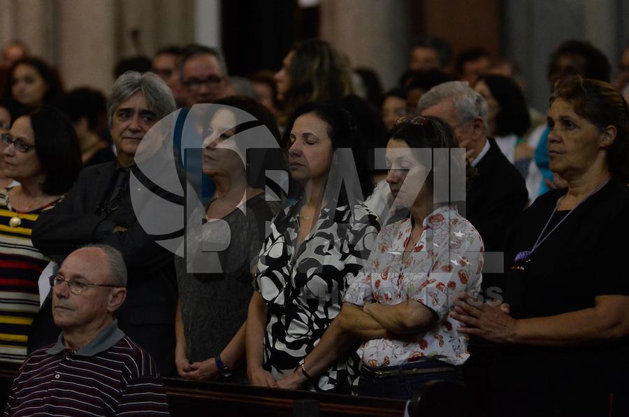 SÃO PAULO, SP, 15 DE MARÇO DE 2013 - MISSA EM HOMENAGEM A ALEXANDRE VANNUCCHI LEME: Mãe (d) de Alexandre Vannucchi Leme e outras mães que perderam filhosna ditadura  participa de missa em homenagem a Alexandre Vannucchi Leme, lider estudantil que fazia parte da Aliança Libertadora Nacional (ALN) e que foi morto durante período do Regime Militar no DOI-CODI em 1973. A missa foi realizada na Catedral da Sé, região cental de São Paulo na noite desta sexta feira, (15). FOTO: LEVI BIANCO - BRAZIL PHOTO PRESS.
