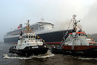 Deutschland, Hamburg,  Queen Mary 2, Elbe, Schlepper, Accurat