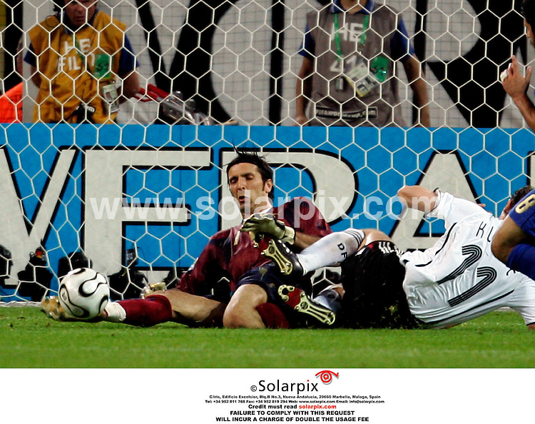 ALL ROUND PICTURES BY SOLARPIX.COM. .07/04/2006 Gianluigi Buffon and Miroslav Klose at the World Cup 2006 - Germany Vs. Italy - Signal Iduna Park - Dortmund, Germany. JOB REF:2766-SFE..MUST CREDIT SOLARPIX.COM OR DOUBLE FEE WILL BE CHARGED.....
