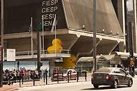 SÃO PAULO,SP, 21.07.2017 - FIESP-SP - Pato inflável é recolocado na fachada do prédio da Fiesp na Avenida Paulista, em São Paulo, nesta sexta-feira, 21 (Foto: Ciça Neder/ Brazil Photo Press)