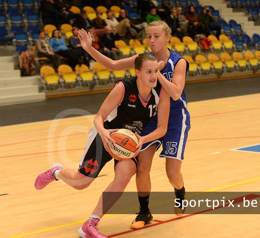 Wytewe Roeselare Dames - KB Oostende Bredene : Aude Bernaert aan de bal en in de aanval voor Kimberly Deblaere (r)<br /> foto VDB / Bart Vandenbroucke