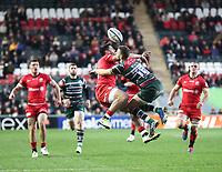27th October 2019; Welford Road Stadium, Leicester, East Midlands, England; English Premiership Rugby, Tigers versus Saracens; George Worth of Tigers and Sean Maitland of Saracens challenge for an aerial ball  - Editorial Use