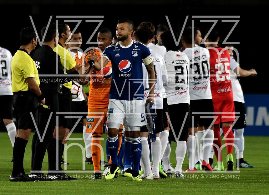 BOGOTÁ - COLOMBIA, 15-08-2018: Los jugadores de Millonarios (COL) y General Díaz (PAR) antes de partido entre Millonarios (COL) y General Díaz (PAR), de vuelta de la segunda fase por la Copa Conmebol Sudamericana 2018, en el estadio Nemesio Camacho El Campin, de la ciudad de Bogotá. / The Players of Millonarios (COL) and General Diaz (PAR) prior a match between Millonarios (COL) and General Diaz (PAR), of the group stage, group G, 5th date for the Conmebol Sudamericana Cup 2018 in the Nemesio Camacho El Campin stadium in Bogota city. VizzorImage / Luis Ramirez / Staff.