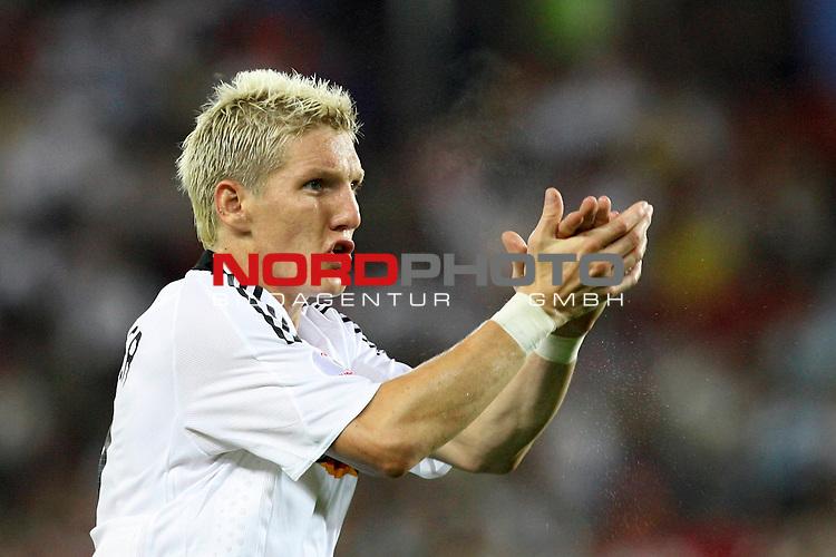 UEFA Euro 2008 Final Match 31 Wien - Ernst-Happel-Stadion. Deutschland ( GER ) - Spanien ( ESP ). <br /> Bastian Schweinsteiger ( Germany / Mittelfeldspieler / Midfielder / Bayern Muenchen #07 ) applaudiert Beifall.<br /> Foto &copy; nph (  nordphoto  )