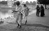 11.2010 Pushkar (Rajasthan)<br /> <br /> Two man and two woman walking around pushkar lake during kartik purnima pilgrimage.<br /> <br /> Deux hommes et deux femmes marchant autour du lac de Pushkar pendant le p&egrave;lerinage de kartik purnima.