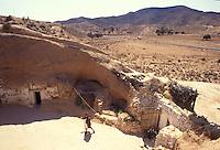Tunisia, Matmata, villaggio di origine berbera alle porte del Deserto del Sahara, caratterizzato da tipiche abitazioni scavate nel terreno.<br /> Tunisia, Matmata, Berber village at the gates of the Sahara Desert, with traditional houses dug in the ground.