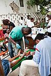 Un homme est amputé d'un orteil sans anesthésie dans les jardins de l'hôpital St Pierre à Jacmel (Haiti) le 19/01/2010. Partiellement détruit par le séisme du 12/01/2010, il héberge plus de 60 patients, certains atteints de gangrène faute de soins adéquats.