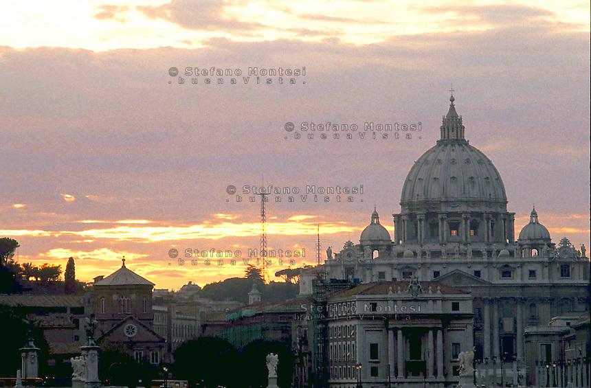 Roma La cupola di San Pietro al Vaticano al tramonto .Dome of St Peter's Basilica in Vatican City.A view of the sunset over Rome and the dome of San Pietro (St Peter's) Basilica at The Vatican