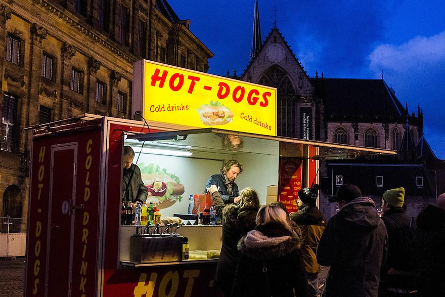 Nederland, Amsterdam, 11 jan 2014<br /> Hotdog kraam op de Dam in Amsterdam. <br /> <br /> Foto: Michiel Wijnbergh
