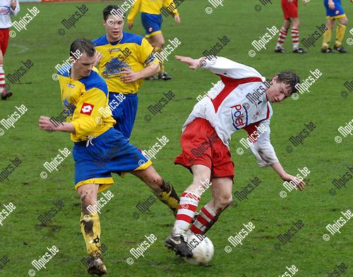 VC HERENTALS - FC POPPEL<br />Een bisig duel tussen bezoeker Gert Van Akeren (links)<br />en Sven Vercammen.