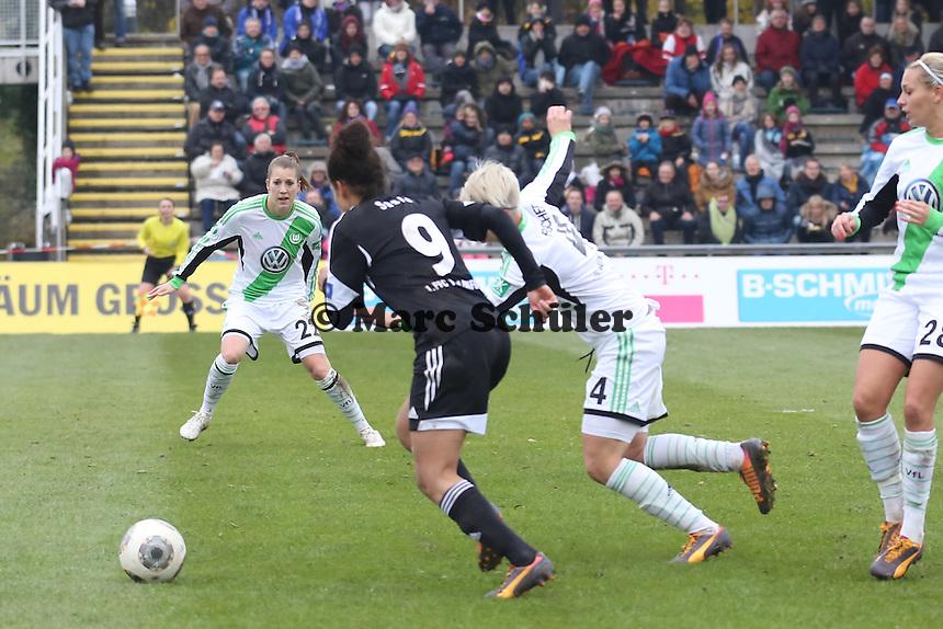 Celian Sasic (FFC) setzt sich gegen Nilla Fischer (Wolfsburg) durch und bereitet das 1:0 vor - 1. FFC Frankfurt vs. VfL Wolfsburg, DFB-Pokal