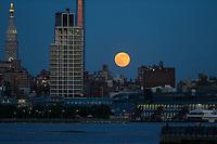 NEW YORK, NY - 09.06.2017 - LUA-NEW YORK -  Lua cheia é vista sobre Manhattan em New York na noite desta sexta-feira, 10. (Foto: Vanessa Carvalho/Brazil Photo Press)
