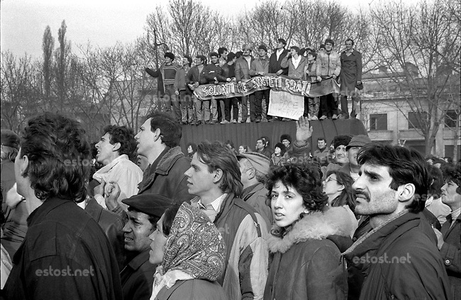 """ROMANIA, Bucharest, 22.12.1989<br /> People rise against Ceausescu. Protestors besiege the national television headquarters and try to get in. They carry friendly banners saying """"""""Soldiers, we're brothers!""""<br /> © Andrei Pandele / EST&OST"""
