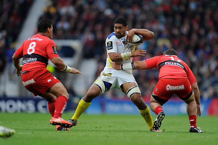 Fritz Lee of ASM Clermont Auvergne finds no way through Chris Masoe and Alexandre Menini of RC Toulon