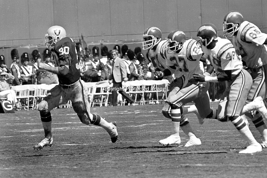 Oakland Raider Mark Van Eeghen runs away from San Diego Chargers. (1978 photo/Ron Riesterer)