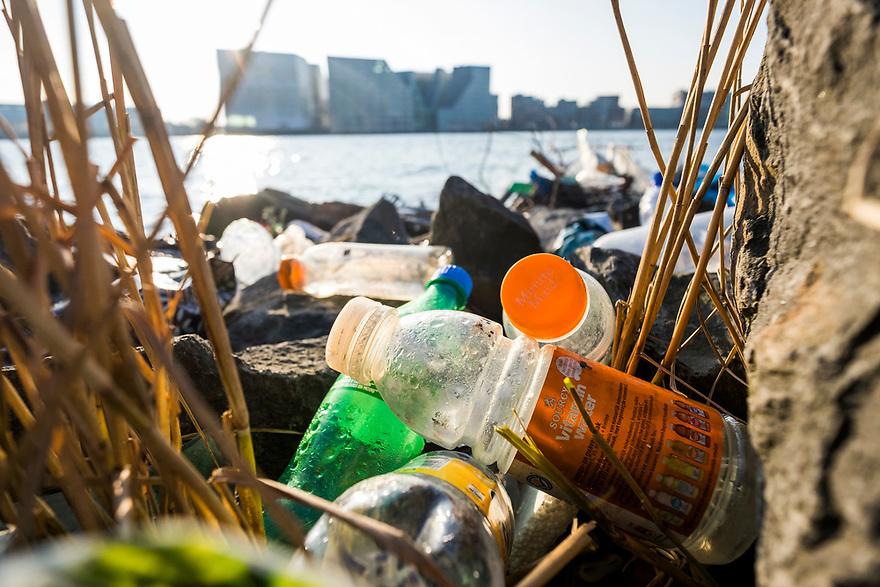 Nederland, Amsterdam, 20150313<br /> Zwerfafval langs de oever van het IJ in Amsterdam. Enorme hoeveelheden plastic en vooral petflesjes liggen overal langs het water.<br /> <br /> Foto: (c) Michiel Wijnbergh