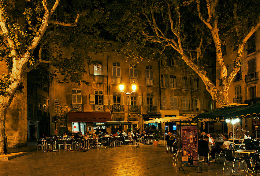 La Place de l'Hôtel de Ville, in Aix-en-Provence, Provence, France, on a Saturday night.