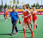 Den Bosch  -  Debutant in het grote Oranje, Felice Albers (Ned) ,    voor  de Pro League hockeywedstrijd dames, Nederland-Belgie (2-0). links assistent-coach Albert Kees Manenschijn (Ned) .  COPYRIGHT KOEN SUYK