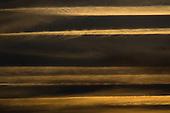 Luchtfoto's rond zonsondergang. De condensstrepen van vliegtuigen vormen mooie patronen in de lucht.