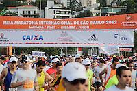 SAO PAULO, SP, 04 DE MARCO DE 2012 - MEIA MARATONA INTERNACIONAL DE SAO PAULO - Atletas da elite masculina durante a largada da Meia Maratona Internacional de Sao Paulo, na Praca Charles Muller, na manha deste domingo, 04. FOTO WARLEY LEITE - BRAZIL PHOTO PRESS.