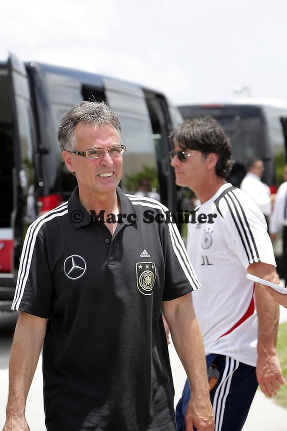 Bundestrainer Joachim Loew (D) und DFB Generalsekretaer Helmut Sandrock