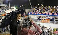 SAO PAULO, SP, 08 FEVEREIRO 2013 - CARNAVAL SP  - Publico se protege da chuva no Sambódromo do Anhembi antes do inicio dos defiles do Grupo Especial na região norte da capital paulista, nesta sexta-feira, 08. (FOTO: VANESSA CARVALHO/ BRAZIL PHOTO PRESS).