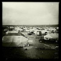 Fluechtlingscamp fuer 4-5.000 Jeziden die vor der Terrororganisation Islamischer Staat (IS) aus dem Singal-Gebirge gerettet wurden.<br /> Das Camp unweit der Stadt Derik in der Provinz Cizire vom Kurdischen Roten Halbmond (Heyva Sor A Kurd), dem britischen &quot;International Rescue Center&quot; und der Bev&ouml;lkerung aus der Umgebung errichtet. Das Fluechtlingshilfswerk der Vereinten Nationen UNHCR brachte spaeter Zelte, Decken, Medikamente und Teppiche fuer die Fluechtlinge.<br /> Tuerkischen und Syrischen Kurden der PKK und YPG/YPJ gelang es im August 2014 ca. 125.000 Jeziden zu retten nachdem die irakischen Peschmerga ihre Landsleute im Stich gelassen hatten. Unterstuetzt wurde die Rettung durch 6.000 Menschen aus der Region um die Stadt Derik, die mit ihren Privatfahrzeugen in das Sindschar-Gebirge gefahren sind, um die Jeziden zu retten. Etliche der Retter wurden bei dieser Aktion vom IS ermordet und nicht alle Jeziden konnten gerettet werden. So blieben Kaempfer der YPG/YPJ und der PKK im Sindschar-Gebirge im Irak um die verbliebenen 10.000 Menschen vor dem IS zu schutzen.<br /> Die Irakischen Peschmerga trauten sich erst vier Monate spaeter im Dezember 2014 mit US-Unterstuetzung wieder in die Gegend um die letzten ihrer Landsleute zu retten.<br /> 18.12.2014, Derik/Rojava/Syrien<br /> Copyright: Christian-Ditsch.de<br /> [Inhaltsveraendernde Manipulation des Fotos nur nach ausdruecklicher Genehmigung des Fotografen. Vereinbarungen ueber Abtretung von Persoenlichkeitsrechten/Model Release der abgebildeten Person/Personen liegen nicht vor. NO MODEL RELEASE! Nur fuer Redaktionelle Zwecke. Don't publish without copyright Christian-Ditsch.de, Veroeffentlichung nur mit Fotografennennung, sowie gegen Honorar, MwSt. und Beleg. Konto: I N G - D i B a, IBAN DE58500105175400192269, BIC INGDDEFFXXX, Kontakt: post@christian-ditsch.de<br /> Bei der Bearbeitung der Dateiinformationen darf die Urheberkennzeichnung in den EXIF- und  IPTC-Daten nicht entfernt werden, diese 