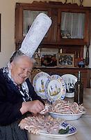 Europe/France/Bretagne/29/Finistère/Loctudy: Jeanne Gueguen (bigoudène) dresse un plat de langoustines (AUTORISATION N °213)
