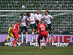 Mark Uth (1. FC Koeln) schiesst einen Freistoss gegen die Bremer Mauer.<br /><br />Sport: Fussball: 1. Bundesliga:: nphgm001:  Saison 19/20: 34. Spieltag: SV Werder Bremen - 1. FC Koeln, 27.06.2020<br /><br />Foto: Marvin Ibo GŸngšr/GES/Pool/via gumzmedia/nordphoto