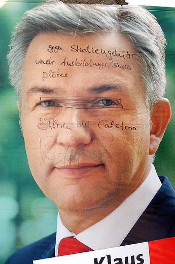 Schulstreik und Schueler-Demo in Berlin<br /> Mehr als 10.000 Schuelerinnen und Schueler  beteiligten sich am Mittwoch den 13. September 2006 in Berlin an einem Schulstreik mit anschliessender Demonstration gegen die Bildungspolitik des Senats.<br /> Die &quot;SchuelerInneninitiative&quot;, auf dessen Initiative ein Schulerstreik ausgerufen wurde fordert eine Wiederherstellung der Lernmittelfreiheit, die Ablehnung jeglicher Studiengebuehren, die Abschaffung des 3-gliedrigen Schulsystems, einen hoerheren Bildungsetat, kleinere Klassen sowie keine Schulschlie&szlig;ungen.<br /> 13.9.2006, Berlin<br /> Copyright: Christian-Ditsch.de<br /> [Inhaltsveraendernde Manipulation des Fotos nur nach ausdruecklicher Genehmigung des Fotografen. Vereinbarungen ueber Abtretung von Persoenlichkeitsrechten/Model Release der abgebildeten Person/Personen liegen nicht vor. NO MODEL RELEASE! Nur fuer Redaktionelle Zwecke. Don't publish without copyright Christian-Ditsch.de, Veroeffentlichung nur mit Fotografennennung, sowie gegen Honorar, MwSt. und Beleg. Konto: I N G - D i B a, IBAN DE58500105175400192269, BIC INGDDEFFXXX, Kontakt: post@christian-ditsch.de<br /> Bei der Bearbeitung der Dateiinformationen darf die Urheberkennzeichnung in den EXIF- und  IPTC-Daten nicht entfernt werden, diese sind in digitalen Medien nach &sect;95c UrhG rechtlich geschuetzt. Der Urhebervermerk wird gemaess &sect;13 UrhG verlangt.]