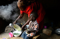 KENYA, Kaimosi, NGO RSP Rural Service Programme promote farming of traditional crops and crop diversity for healthy nutrition amongst small scale farmers, woman prepares different vegetables in kitchen / KENIA, Kisumu County, Kaimosi, NGO RSP Rural Service Programme, Unterstuetzung von Kleinbauern beim biologischen Anbau von traditionellen Sorten, Sortenvielfalt und Verbesserung einer gesunden Ernaehrung, Frau Rose Siriveyi, 47 Jahre, Dorf Saride, in der Kueche bei Essenszubereitung