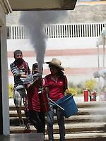 """Oaxaca de Juárez. 13 de marzo de 2014.- Con el argumento de que autoridades del Instituto Estatal de Educación Pública de Oaxaca (IEEPO) no cumplieron con los acuerdos convenidos en una mesa de negociación previamente efectuada,  integrantes de la Coordinadora Estudiantil de Normales del Estado de Oaxaca (CENEO) tomaron las instalaciones de esta dependencia educativa e hicieron destrozos dentro de ella.<br /> <br />  <br /> <br /> Los pseudo estudiantes, quienes ya anteriormente han efectuado acciones radicales tales como la toma de autobuses urbanos, el apoderamiento de casetas de peaje donde piden """"apoyo"""" económico a los transportistas, el bloqueo de calles, la toma de vehículos de empresas privadas de donde sustraen productos para su beneficio, entre otros, este jueves, decidieron ingresar al edificio central del IEEPO y arremeter contra los bienes materiales dentro de estas instalaciones.<br /> <br />  <br /> <br /> En este contexto, los normalistas encapuchados, armados con palos y machetes, iniciaron incendiando llantas, para posteriormente romper los  vidrios de las oficinas que alberga este edificio, grafitearon las paredes del lugar y los vehículos que se encontraban en el estacionamiento.<br /> <br />  <br /> <br /> Así mismo, robaron los extinguidores que se encontraban en las instalaciones de este instituto, lo anterior a objetivo de agredir a los representantes de los medios de comunicación que se encontraban en el lugar, ya que  cada que la prensa intentaba hacer imágenes de estas acciones vandálicas, los pseudo estudiantes arremetían roseando hielo comprimido a los periodistas gráficos.<br /> <br />  <br /> <br /> En tanto, gritaban consignas tales como """"prensa, prensa, prensa, si tienes dignidad, nosotros te pedimos, que digas la verdad"""", para posteriormente arrojarles a los comunicadores agua, refrescos, y algún otro liquido de dudosa procedencia.<br /> <br />  <br /> <br /> Paso el tiempo, y la ausencia de las autoridades de seguridad pública fue c"""