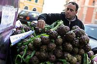 Discount di frutta e verdura gestito da immigrati egiziani. Discount of fruit and vegetables maintained by Egyptian immigrants.Mshad...