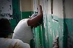 The cholera epidemic in Haiti has already killed 4.500 people and sickened more than 250.000. Familiares de un enfermo de Colera son informados del fallecimiento de su familiar a las puertas de un centro de asistencia de emergencia en Cite Soleil, Puerto Principe. Haiti. Photo by Jose L. Cuesta