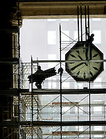 Operai al lavoro sui ponteggi all'esterno della Stazione Centrale di Milano, 17 marzo 2008..Men at work on scaffolding outside of Milan's railway Central Station, 17 march 2008..UPDATE IMAGES PRESS/Riccardo De Luca