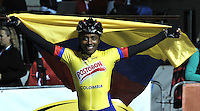 OOSTENDE – BELGICA – 28-08-2013: Jersy Puello, patinadora de Colombia celebra con la bandera de Colombia la medalla de oro en la prueba de los 500 metros sprint  en el patinodromo Mundialista Track en Oostende,  Belgica, agosto 28 de 2013. (Foto: VizzorImage / Luis Ramirez / Staff).  Jersy Puello, Colombia skater, celebrates with the Colombian flag the golden medal in the testing of the 500 meters sprint in the Mundialist Track in Oostende, Belgium, August 28, 2013. (Photo: VizzorImage / Luis Ramirez / Staff).