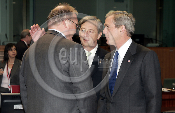 BRUSSELS - BELGIUM - 22 FEBRUARY 2005 --EU-US Summit.--The President of the United States of America George W. BUSH the Swedish Prime Minister G?ran (L) (Goeran) PERSSON and the Prime Minister of Luxembourg Jean-Claude JUNCKER (M)-- PHOTO: JUHA ROININEN / EUP-IMAGES....This picture is copyright EUP-IMAGES and all rights belong to EUP-IMAGES. The picture may not be subject to RESALE or storage in any kind in electronical or analog way. If published due to the above EU-US summit meeting in Brussels in print or electronical form the publication must inform on the use and all further use of this picture may only be done by contacting www.eup-images.com..