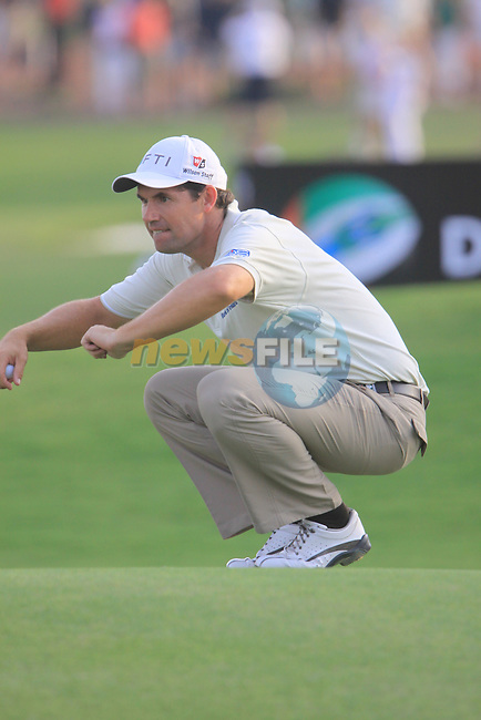 Padraig Harrington lines up his putt on the 18th green during  Day 2 at the Dubai World Championship Golf in Jumeirah, Earth Course, Golf Estates, Dubai  UAE, 20th November 2009 (Photo by Eoin Clarke/GOLFFILE)