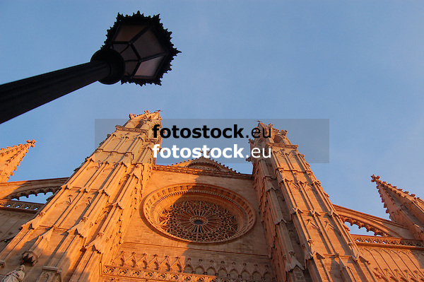 Facade with window rosette (the largest of gothic style, app. 100 m², 12,55 m diameter) of the cathedral Santa María de Palma de Mallorca (14th-16th century), worm's eye view<br />